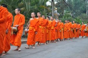 Laos, l'Aumone de Bonzes